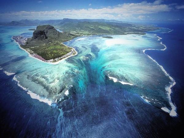 衛星拍到的超逼真巨型海底瀑布1-600x450.jpg