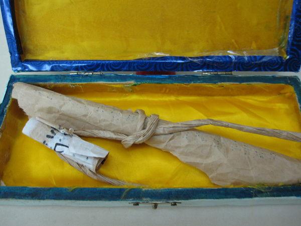 139-在頭巾下面發現了一張紙條及一捲發黃的紙捲.JPG