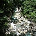 湛藍湍急的溪水