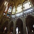 彩色玻璃窗與拱廊