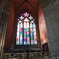 陽光透著彩繪玻璃灑入教堂內