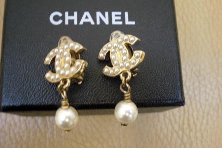 (SOLD)全新 夾式經典chanel珠珠logo耳環