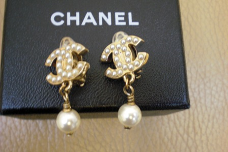 (SALE!!)全新夾式經典chanel珠珠logo耳環