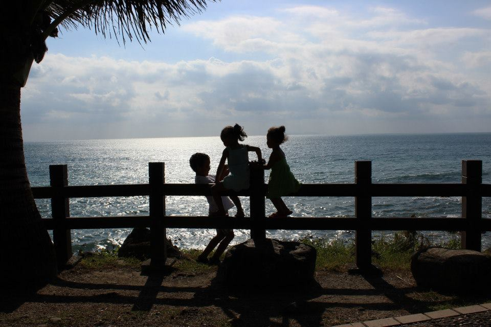 太平洋海岸邊的孩子--Ken攝於2012年10月, 台東都蘭
