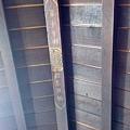 保留古早房子屋頂的木頭,是真正的古厝啦!