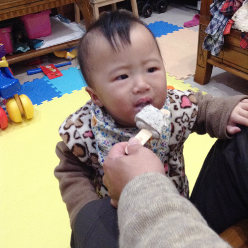 奶娃第一次吃冰棒.jpg