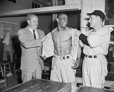 Leo Durocher幫梅斯更衣準備從戎1952 www_achievement_org.jpg