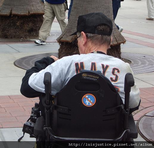 20060927009 痛恨道奇隊的輪椅阿伯.JPG