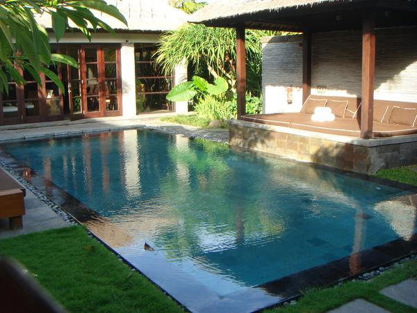 裡面有游泳池