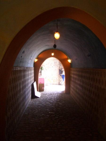 要經過隧道才可到達花園
