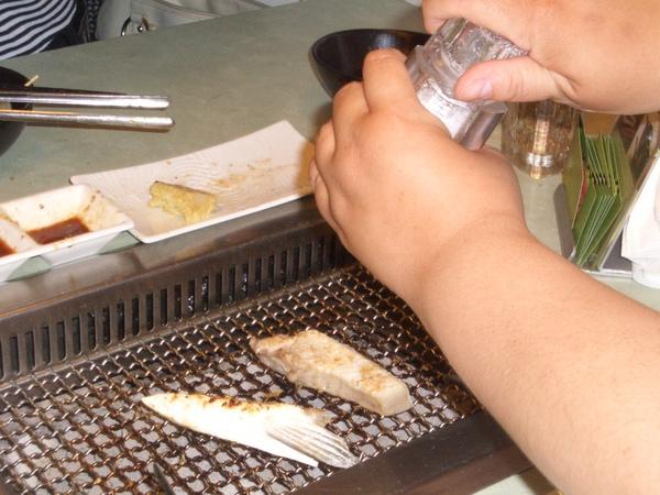 烤魚下巴:海塩梅子粉記得加
