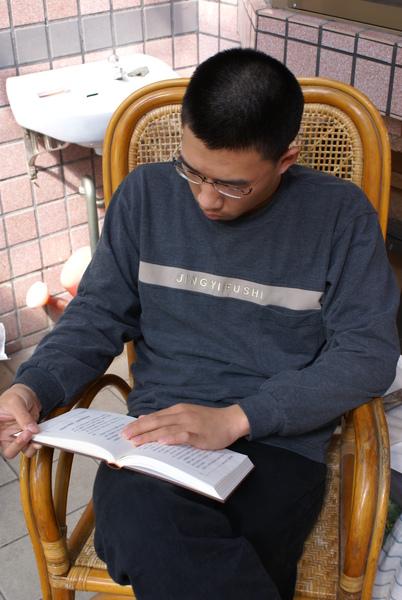 我的堂弟,大家在喧鬧,只有他在看書