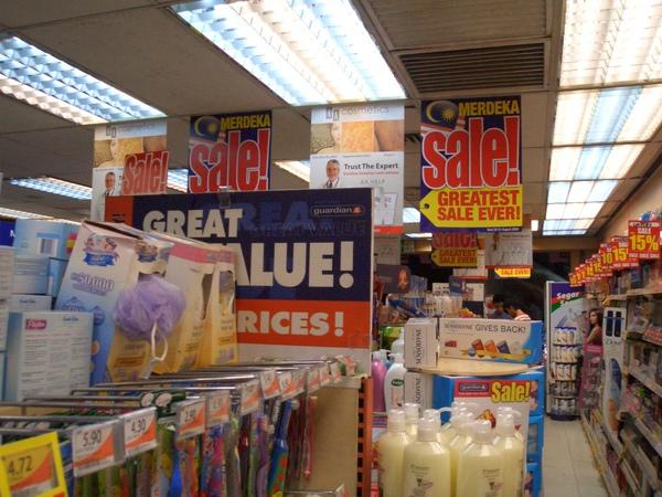這間藥妝店很像台灣的屈臣氏或康是美,東西超便宜,這是在KL的中央車站照的