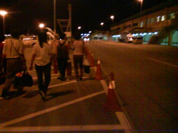 到逹吉隆坡lcct,沒有空橋,要自己走下灰機到機場裡辦入境