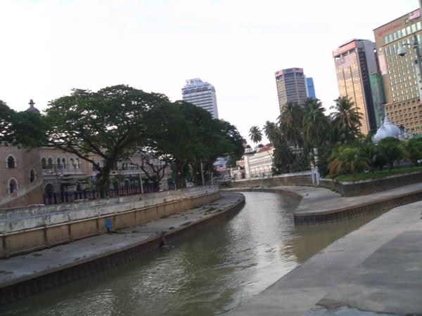 教堂附近的運河