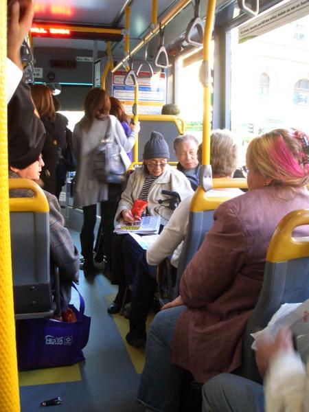推廣試吃的小妞跑到公車上,大喊:everybody want this?結果車上的乘客也回喊:yes!結果每個人都有一包
