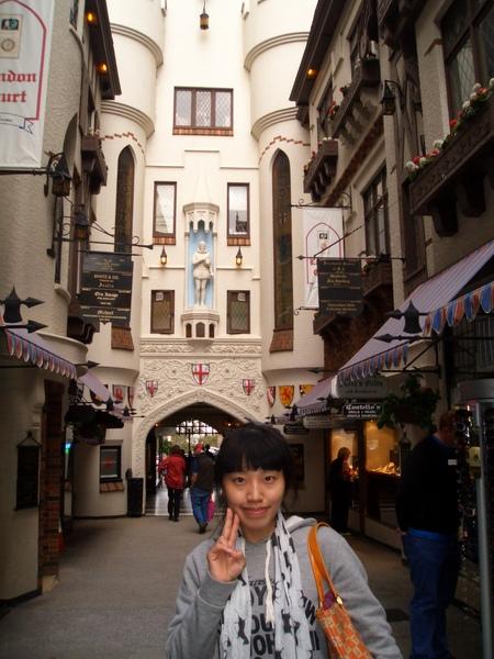 Londern court裡面,大約一百公尺左右,連接市中的百貨商場