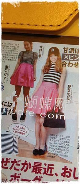 穿搭-條紋衣桃紅裙