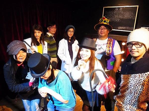 黑瞳dark eye不要動,犯人就在你們之中-真人實境遊戲偵探推理-誰是兇手尋找犯人-馬戲團殺人事件-黑瞳馬戲團-香港-台北內湖-角色扮演-密室逃脫-桌遊劇情 (1005)