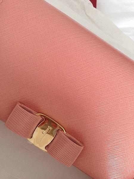 Wedding-Wngagement-訂婚六禮-衣服禮頭尾禮-氣質Salvatore Ferragamo粉紅側背經典款蝴蝶結小包-喜氣洋洋 (41)