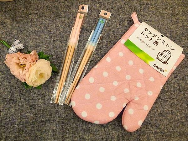 日本鄉村風雜貨-Seria百元店-台灣icolor-板橋新埔三猿廣場-點點控的點點餐具-粉紅粉藍點點竹筷-粉紅點點隔熱手套 (4)
