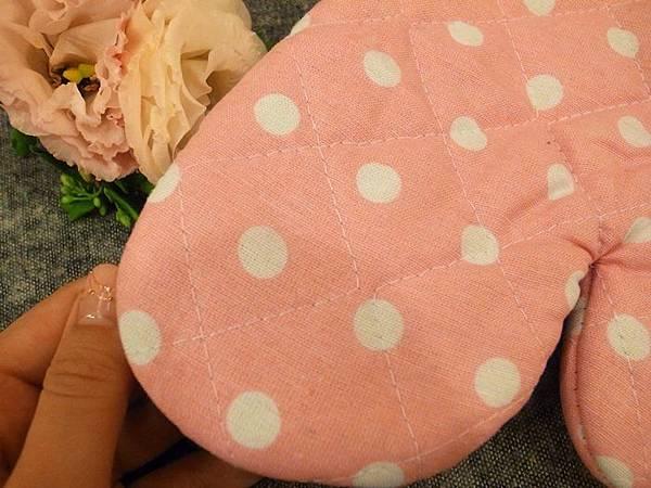 日本鄉村風雜貨-Seria百元店-台灣icolor-板橋新埔三猿廣場-點點控的點點餐具-粉紅粉藍點點竹筷-粉紅點點隔熱手套 (6)