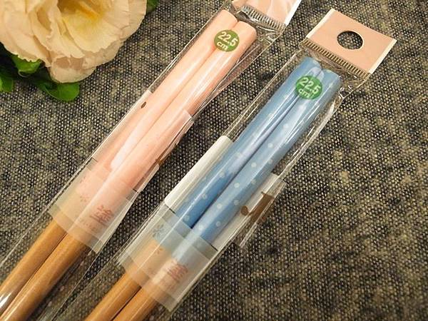 日本鄉村風雜貨-Seria百元店-台灣icolor-板橋新埔三猿廣場-點點控的點點餐具-粉紅粉藍點點竹筷-粉紅點點隔熱手套 (8)