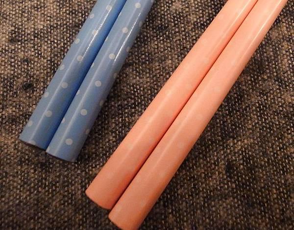 日本鄉村風雜貨-Seria百元店-台灣icolor-板橋新埔三猿廣場-點點控的點點餐具-粉紅粉藍點點竹筷-粉紅點點隔熱手套 (11)