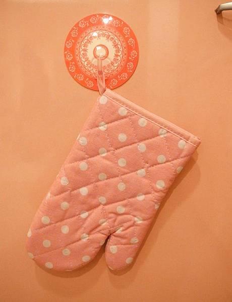 日本鄉村風雜貨-Seria百元店-台灣icolor-板橋新埔三猿廣場-點點控的點點餐具-粉紅粉藍點點竹筷-粉紅點點隔熱手套 (13)