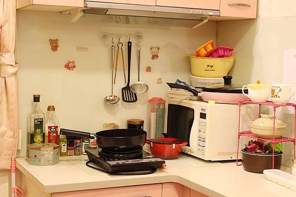 小套房佈置收納-單身粉紅小廚房-保養品櫃-化妝台 (3)
