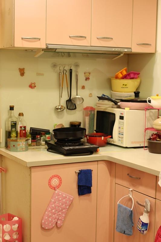 小套房佈置收納-單身粉紅小廚房-保養品櫃-化妝台 (4)