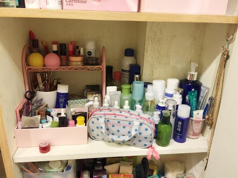 小套房佈置收納-單身粉紅小廚房-保養品櫃-化妝台 (6)