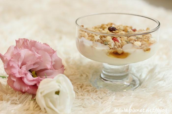 日本超市美食-Calbee卡樂比草莓水果乾穀片麥片-早餐麥片 (17)