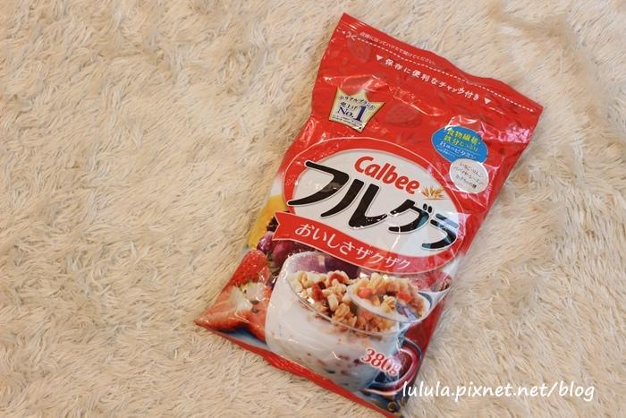 日本超市美食-Calbee卡樂比草莓水果乾穀片麥片-早餐麥片 (3)