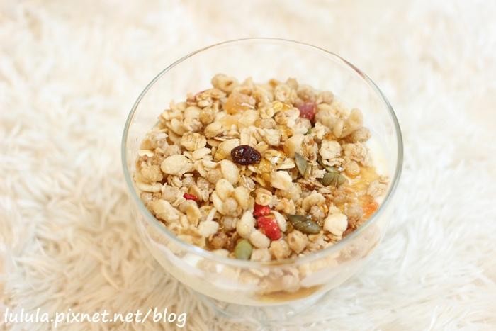 日本超市美食-Calbee卡樂比草莓水果乾穀片麥片-早餐麥片 (9)