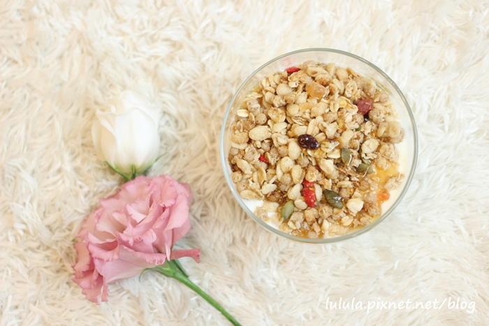 日本超市美食-Calbee卡樂比草莓水果乾穀片麥片-早餐麥片 (12)