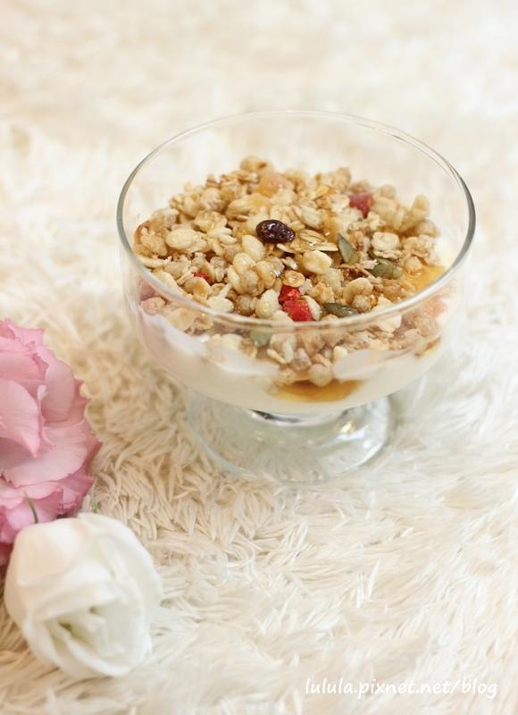 日本超市美食-Calbee卡樂比草莓水果乾穀片麥片-早餐麥片 (14)