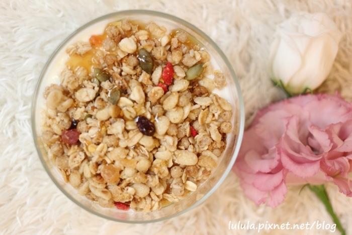 日本超市美食-Calbee卡樂比草莓水果乾穀片麥片-早餐麥片 (19)