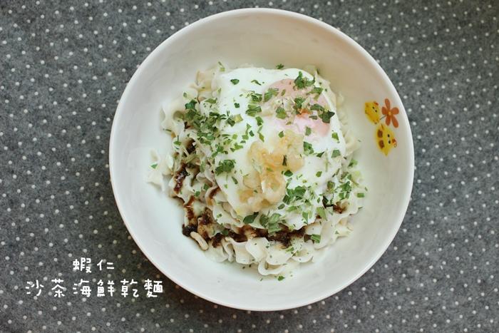 Daiso大創好物-阿舍乾麵-蝦仁干貝櫻花蝦-沙茶海鮮醬汁口味-懶人料理-簡便晚餐 (37)