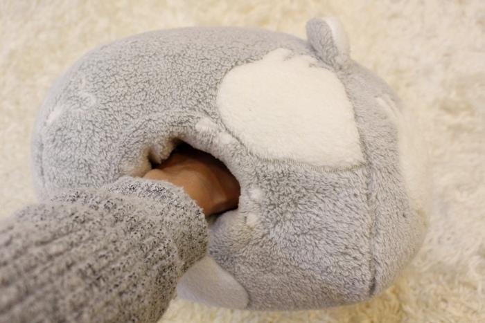 冬日暖暖小物-HOLA手插枕-costco毛毛記憶拖鞋-Daiso大創可觸控手機毛手套 (1)