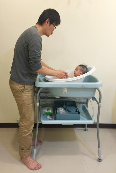 英國shnuggle月亮澡盆 新手爸媽必備 新生兒適用寶寶可坐著洗澡一秒不哭 (39)