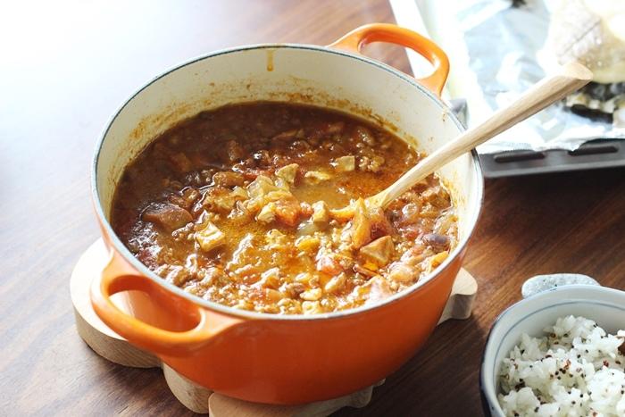 520朋友家聚餐-芝麻葉巧克力火鍋 BOSKA Holland Le Creuset番茄牛肉肉醬 義美奶茶 芝麻葉蒜味麵包早餐 (3)