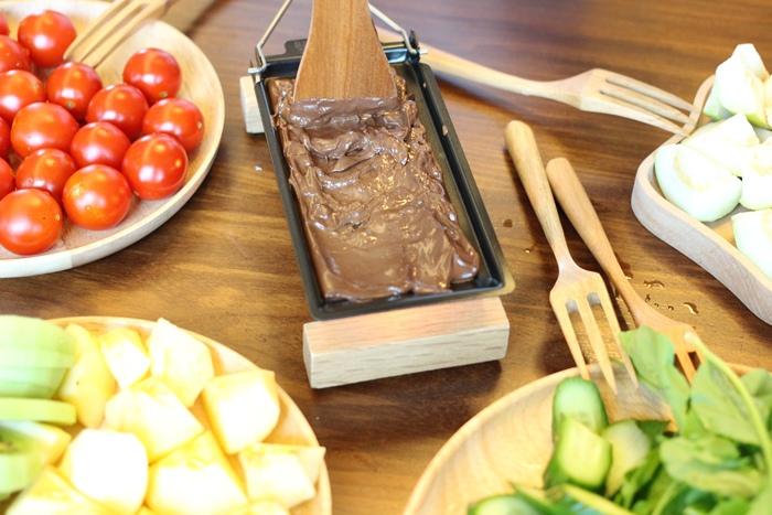 520朋友家聚餐-芝麻葉巧克力火鍋 BOSKA Holland Le Creuset番茄牛肉肉醬 義美奶茶 芝麻葉蒜味麵包早餐 (13)