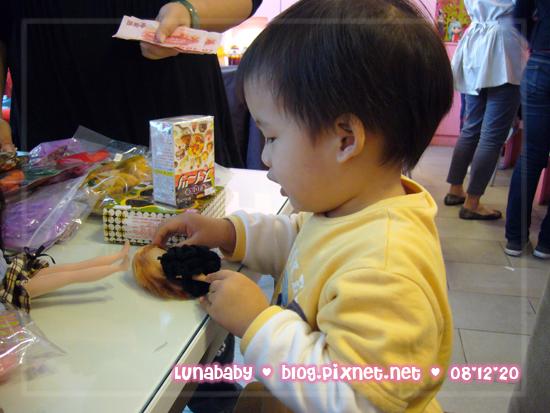 20081220中部迷你市集07突然對小小布感興趣.jpg