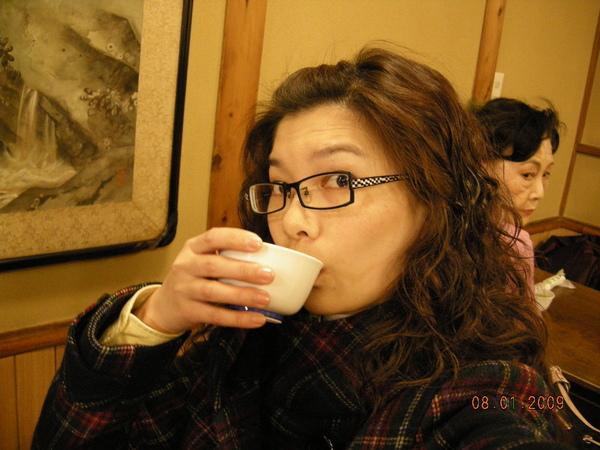 喝茶還要忙自拍