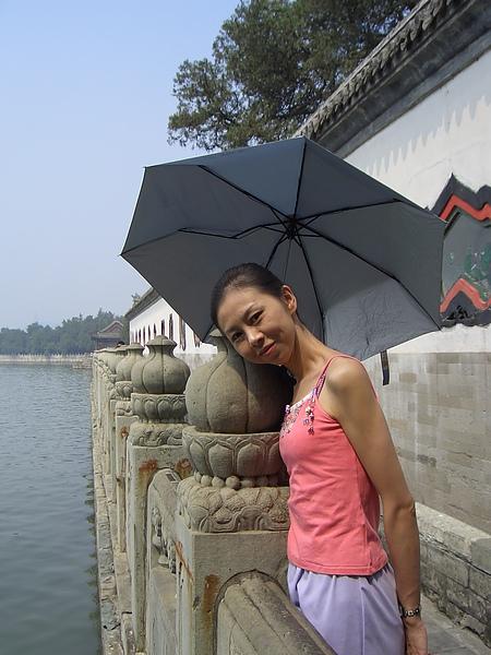 還是躲在傘下比較安全!