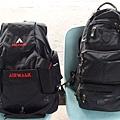謝先生的「空氣走路」包包跟我的「玩男孩」大包包合照