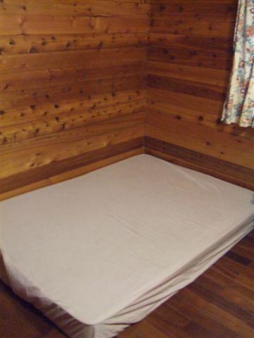 其實是可以睡四個人的,旁邊還有一張雙人床