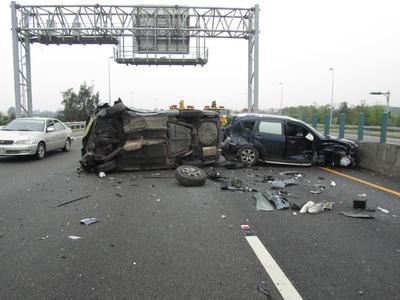 國道追撞(1) 國道3號南下124.3公里後龍路段9日發生追撞車禍,1輛轎車為閃避前方突然變換車道的車輛