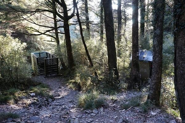 nEO_IMG_151128-29奇萊主峰-111經過都要看一下的公廁(奇萊每個山莊都有公廁).jpg